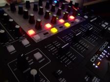 La technologie a modifié les méthodes de travail du DJ ou disc-jockey (platiniste) DJ